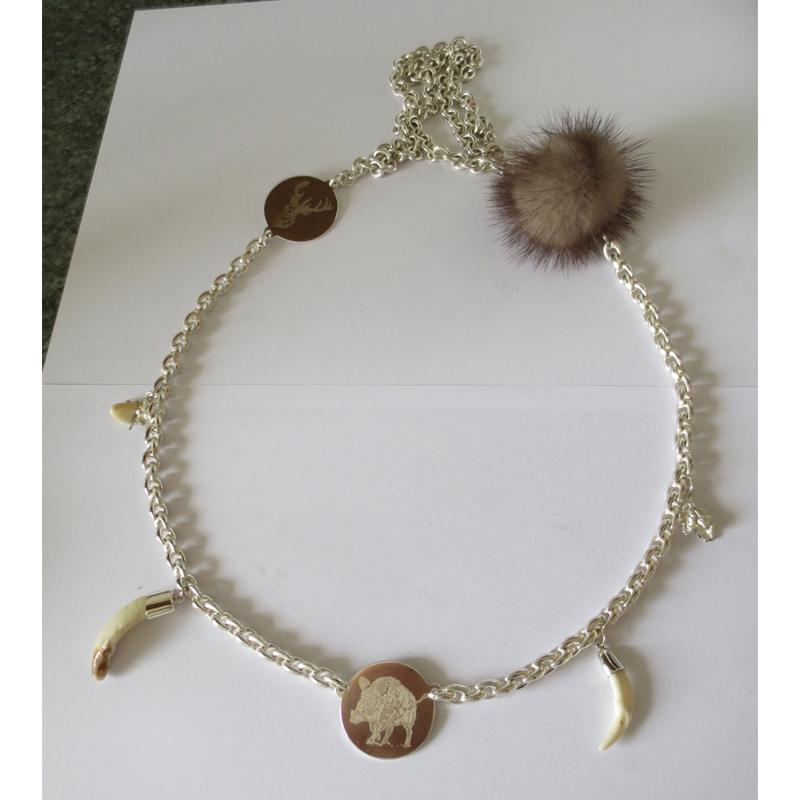 Collier in Silber mit Jagdsymbolen