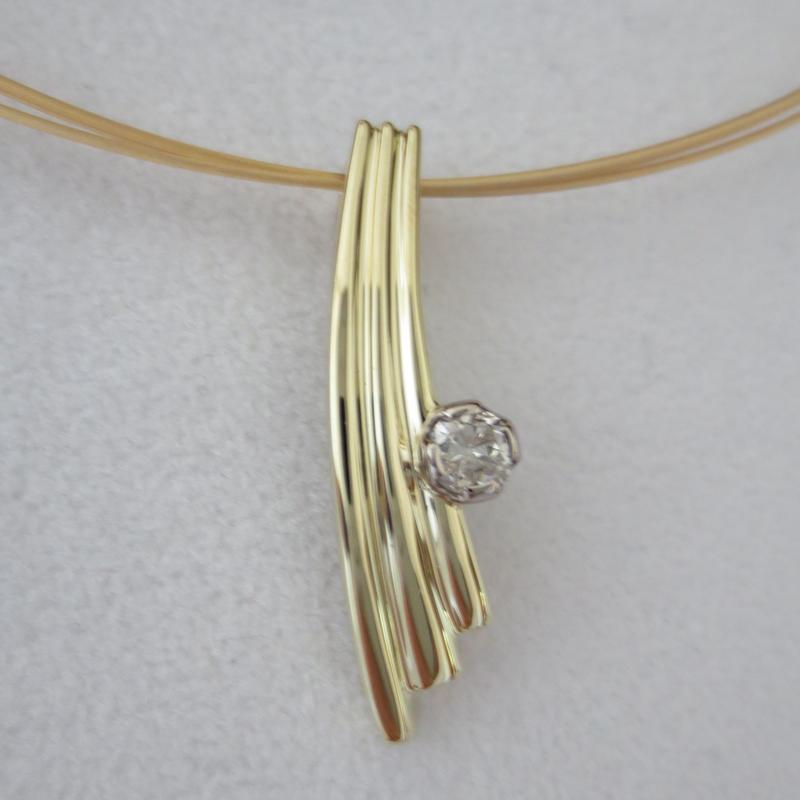 Schweifannhänger mit Diamant, Gelbgold und Weißgold
